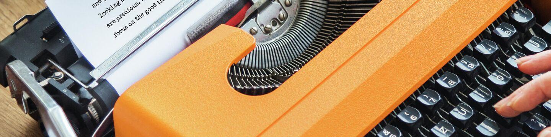 Женщина печатает на пишущей машинке