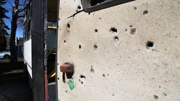 Поврежденный в результате обстрела украинскими силовиками автобус в Донбассе