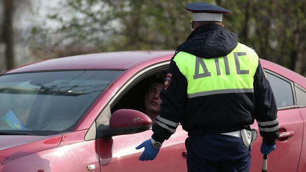 Сотрудник ДПС проверяет водителя