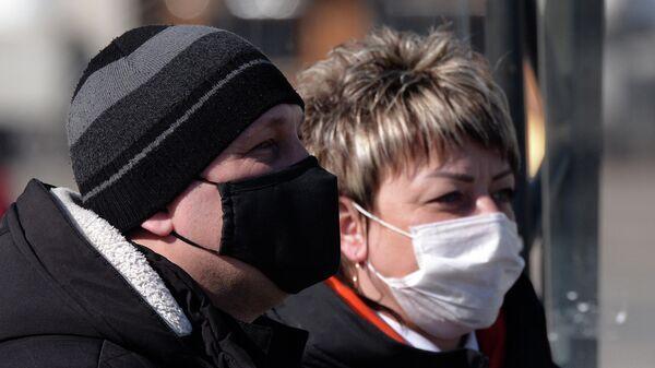 Люди в защитных масках в Красноярске