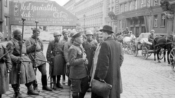 Жители Братиславы беседуют с бойцами Советской армии