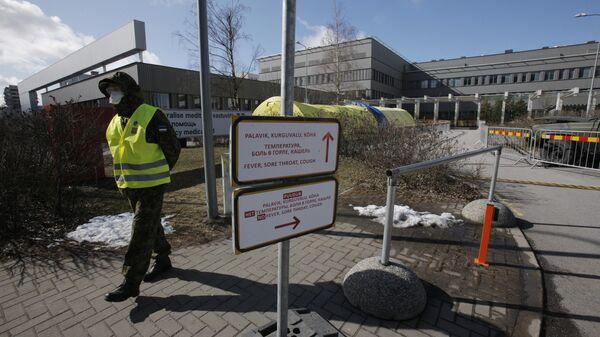 Полицейский в защитной маске на улице Таллина