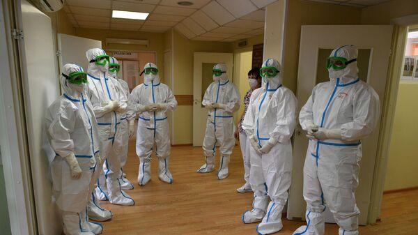Медицинские работники в спецкостюмах на открытии стационара НМХЦ имени Пирогова