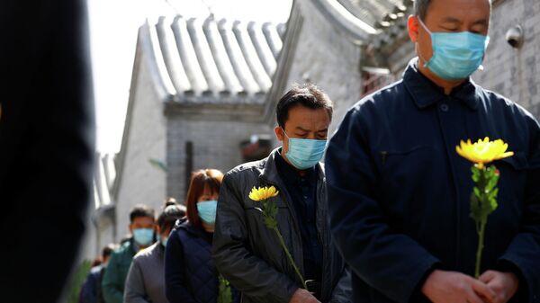 В Китае почтили память погибших от коронавируса. 4 апреля 2020