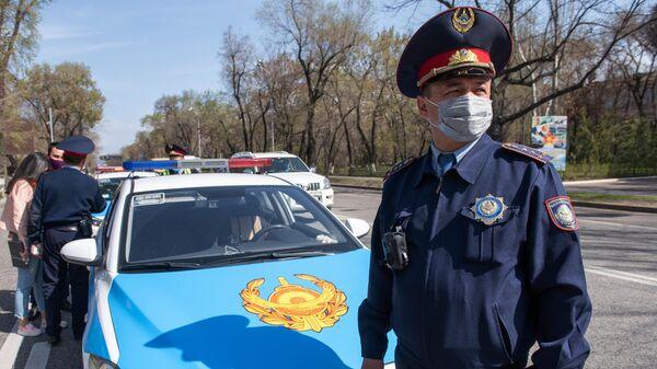 Сотрудники автоинспекции дежурят на одной из улиц в Алма-Ате