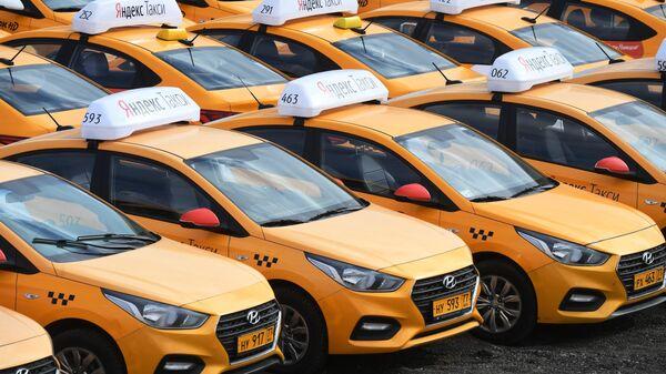 Стоянка автомобилей службы Яндекс.Такси