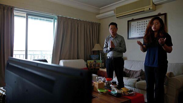 Люди принимают участие в онлайн-мессе у себя дома в Гонконге, Китай