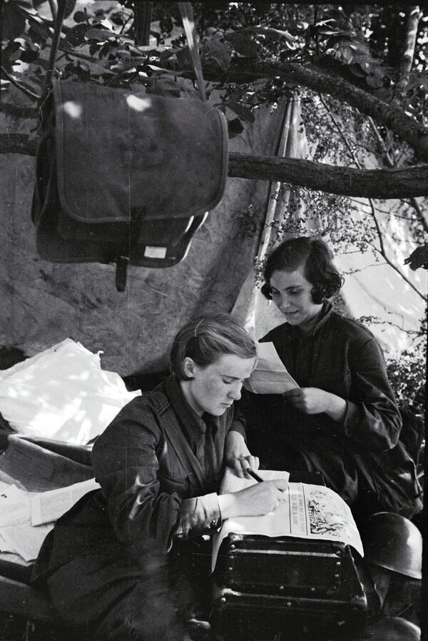 Женщины-бойцы выпускают боевой листок. Южный фронт