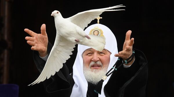 Патриарх Московский и всея Руси Кирилл выпускает голубя в небо в праздник Благовещения Пресвятой Богородицы
