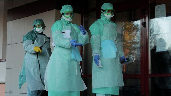 Медицинские работники в защитных костюмах в Минске