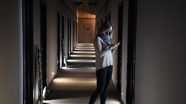 Девушка в коридоре отеля Library в Москве