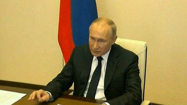 Путин попросил упростить механизм продления личных документов