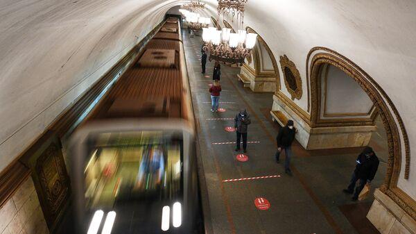 Информационные стикеры на станции Московского метрополитена с призывом соблюдать дистанцию
