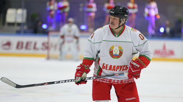 Президент Беларусии Александр Лукашенко принимает участие в любительском хоккейном матче. 4 апреля 2020
