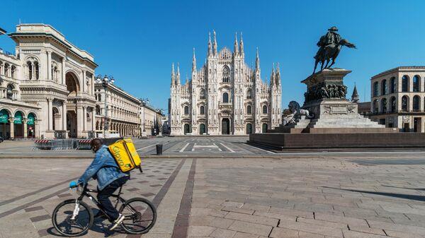 Курьер службы доставки на площади Пьяцца-дель-Дуомо в Милане