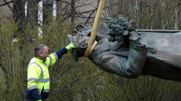 Демонтаж памятника маршалу Коневу в Праге