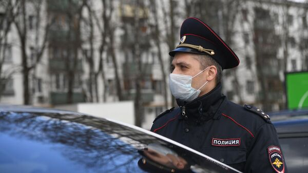 Сотрудник полиции во время патрулирования улиц Москвы в период самоизоляции жителей