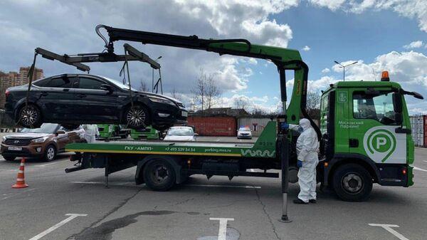 Сотрудники Московского паркинга эвакуируют автомобиль жителя Москвы