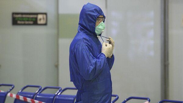 Сотрудник Роспотребнадзора в международном аэропорту Пулково во время встречи вывозного рейса