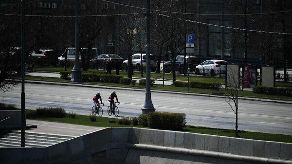 Велосипедисты на Фрунзенской набережной в Москве