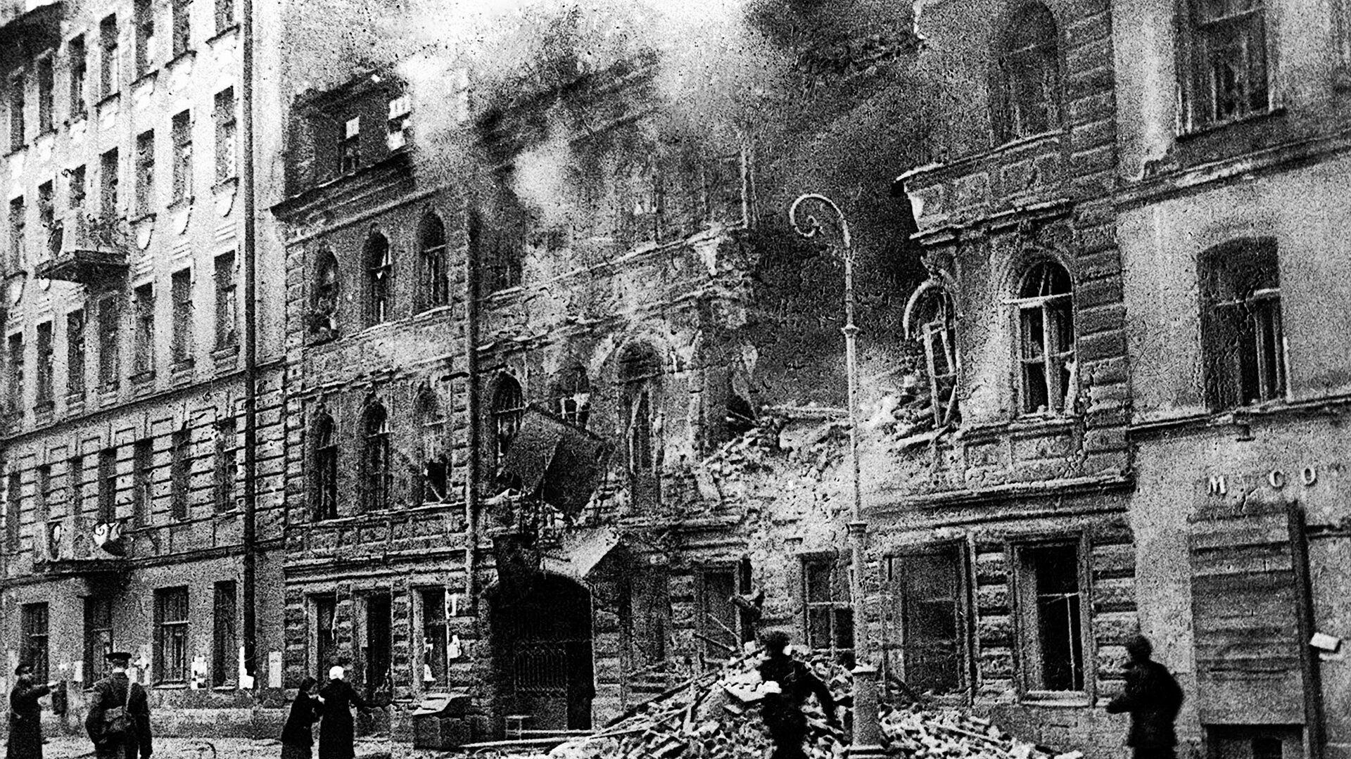 На улице Маяковского в Ленинграде во время обстрела немецкой артиллерией - РИА Новости, 1920, 07.05.2021