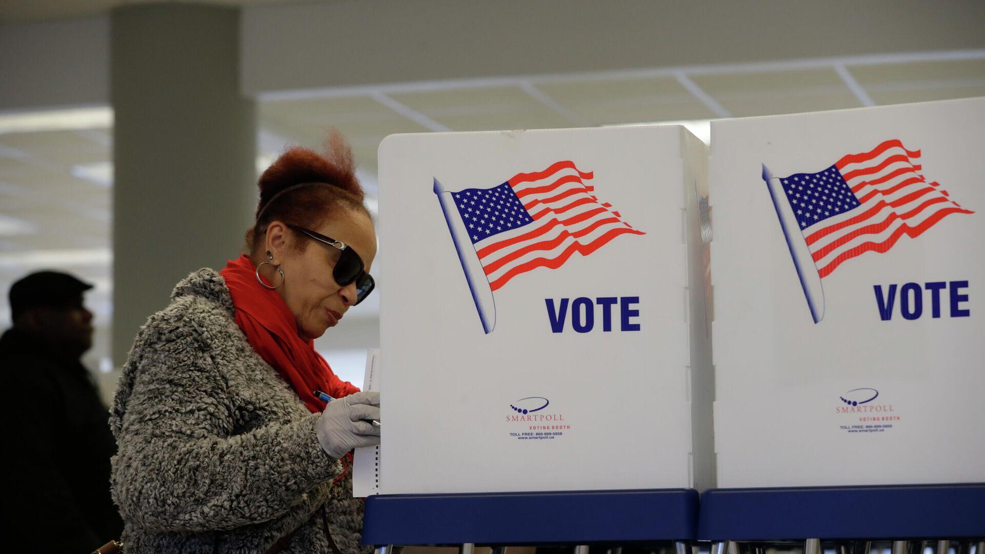 Избирательница на участке для предварительного голосования по отбору кандидатов на президентских выборах в США - РИА Новости, 1920, 21.08.2020