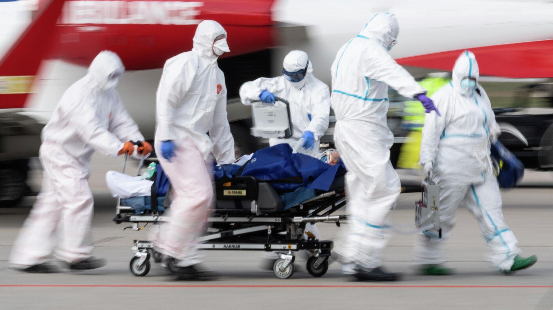 Медицинские работники везут пациента с коронавирусной инфекцией в Дрездене, Германия - РИА Новости, 1920, 30.10.2020