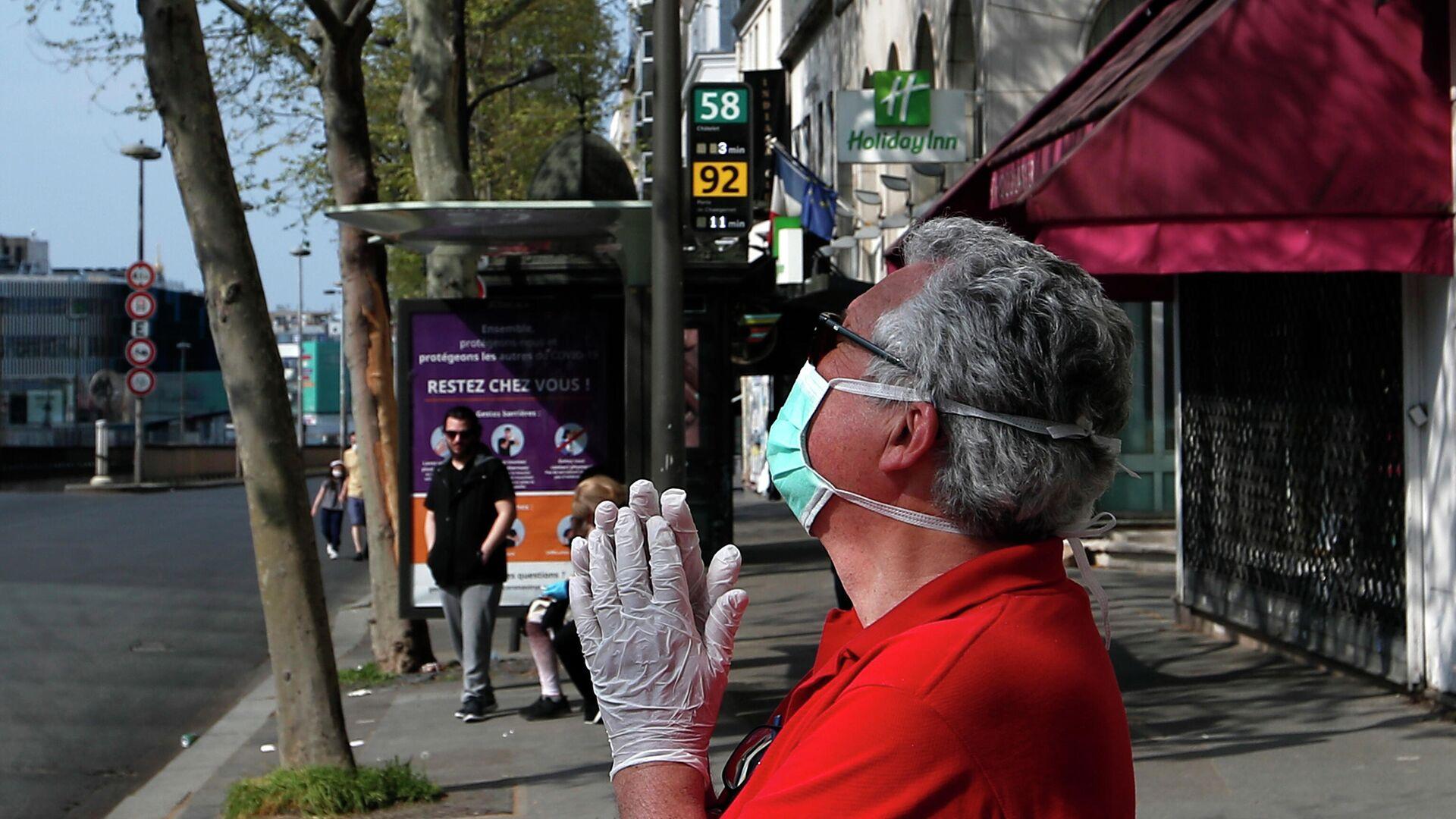 Мужчина в защитной маске на улице Парижа, Франция - РИА Новости, 1920, 22.10.2020