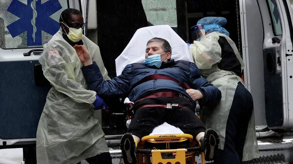 Пациент у входа в больницу Маунт-Синай в Манхэттене, Нью-Йорк