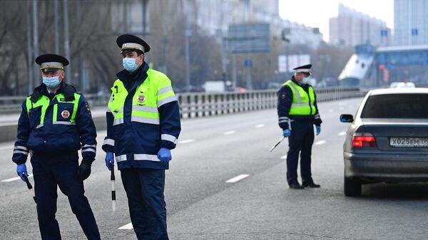 Сотрудники дорожно-патрульной службы ГИБДД на блокпосту при въезде в Москву со стороны Рязанского проспекта