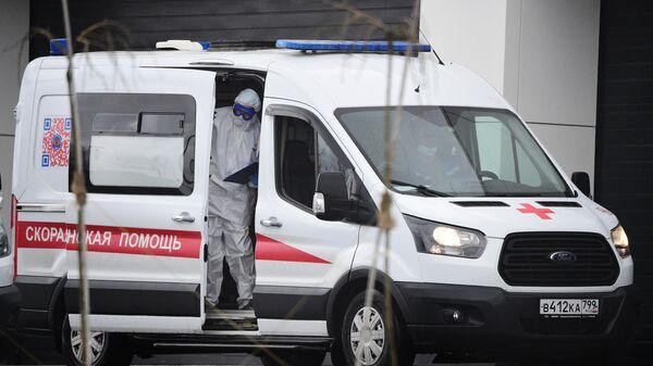 Машина скорой помощи у больницы в Коммунарке