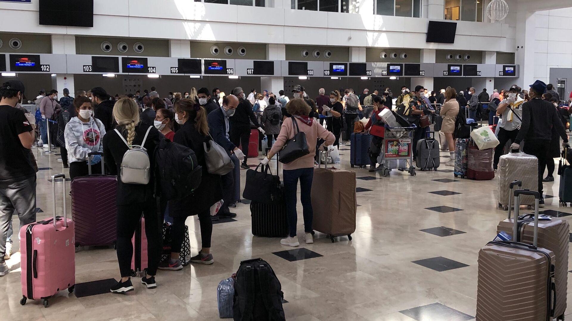 Российские туристы перед посадкой на рейс 2142 Анталья – Москва в аэропорту Анталия - РИА Новости, 1920, 22.04.2021