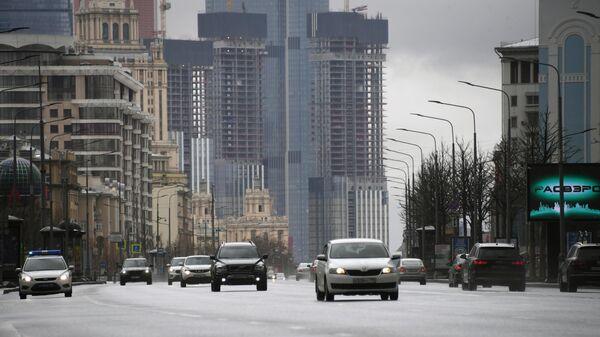 Автомобильное движение на улице Новый Арбат в Москве