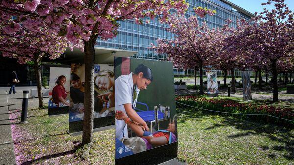 Выставка возле здания ВОЗ в Женеве во время пандемии коронавируса