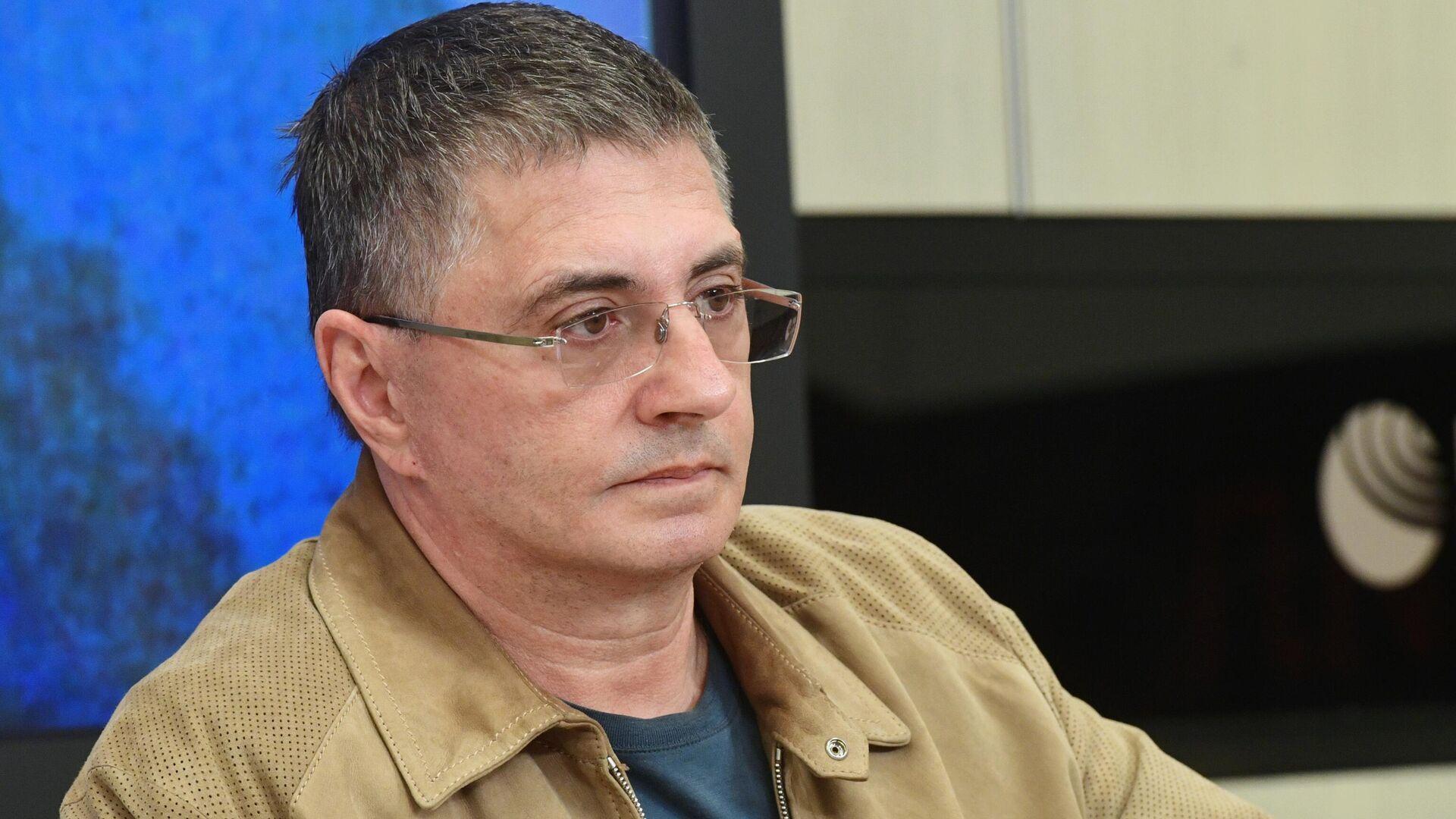 Врач Александр Мясников во время пресс-конференции - РИА Новости, 1920, 22.06.2021