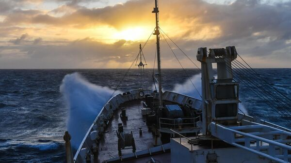 Закат солнца и шторм в Индийском океане