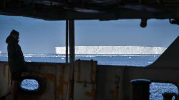 Член экипажа на корабле в Тихоокеанском секторе Антарктики в районе моря Росса