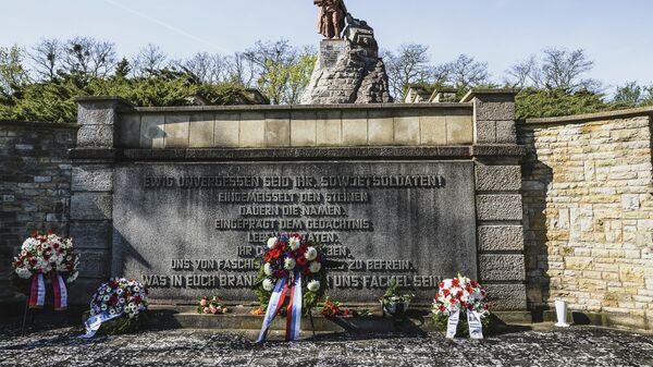 Возложение цветов в мемориальном комплексе Зеелевские высоты в городе Зеелов в связи с 75-летием начала Берлинской наступательной операции