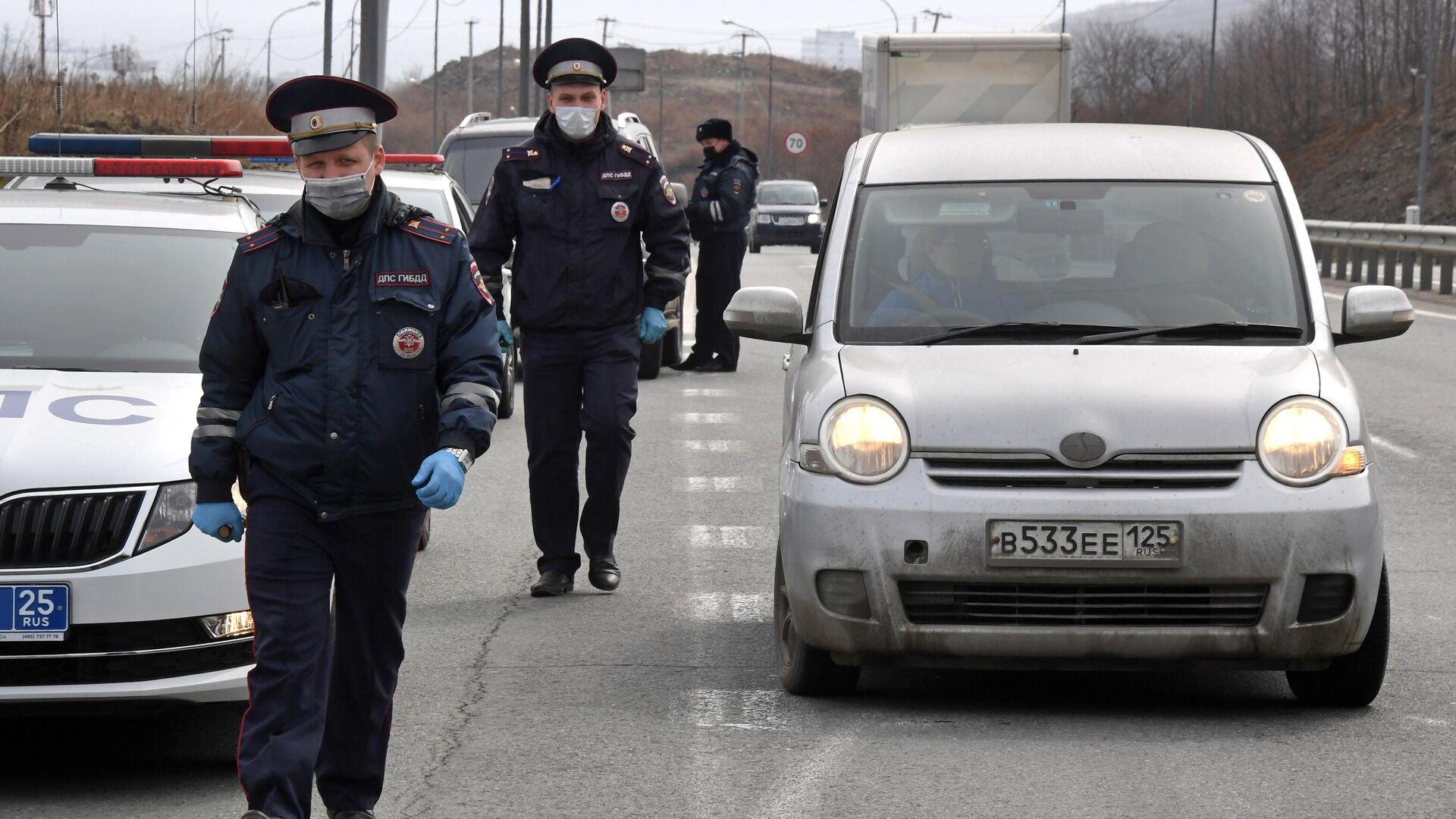 Инспекторы ДПС проверяют документы у водителей, въезжающих на остров Русский - РИА Новости, 1920, 25.01.2021