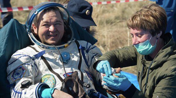Космонавт Роскосмоса Олег Скрипочка после посадки спускаемого аппарата транспортного пилотируемого корабля Союз МС-15. 17 апреля 2020