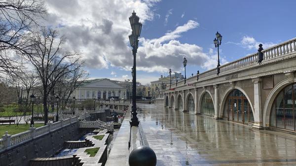 Манежная площадь и Александровский сад в Москве