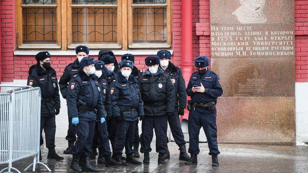 Сотрудники правоохранительных органов в центре Москвы