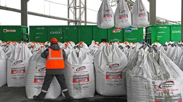 Погрузка готового цемента в мешках по 1000 кг на заводе Топкинский цемент в Кемеровской области. Холдинговая компания Сибирский цемент является в России второй по объему выпуска цемента