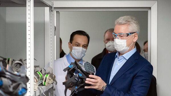 Мэр Москвы Сергей Собянин в медицинской маске во время осмотра коронавирусного стационара на базе ГКБ No 24