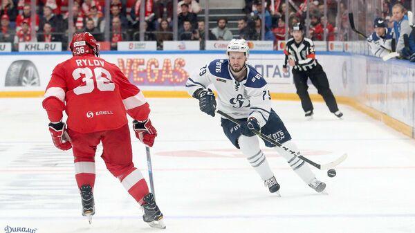 Нападающий московского Динамо Даниил Тарасов в матче плей-офф КХЛ