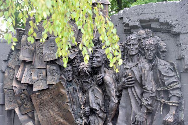 Фрагмент мемориала в память о жертвах немецкого пересыльного лагеря Дулаг-184, где погибло около 80 тысяч советских военнопленных, в Вязьме