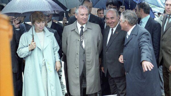 Михаил Горбачев с супругой Раисой осматривают образцы сельскохозяйственных машин и агрегатов