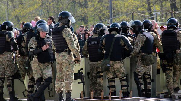 Сотрудники полиции во время митинга во Владикавказе