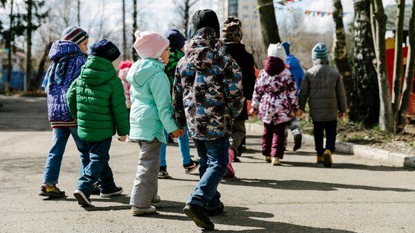 Воспитанники детского сада №15 в Иванове на прогулке