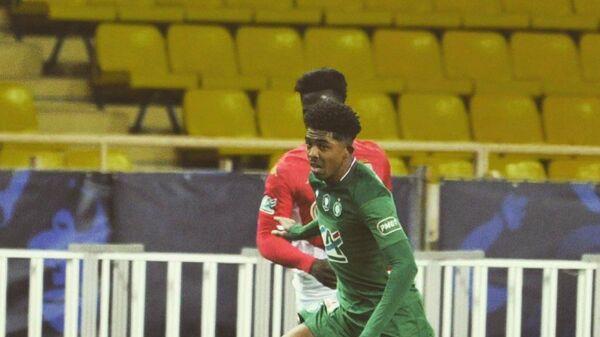 Защитник футбольного клуба Сент-Этьен Уэсли Фофана в матче чемпионата Франции против Монако